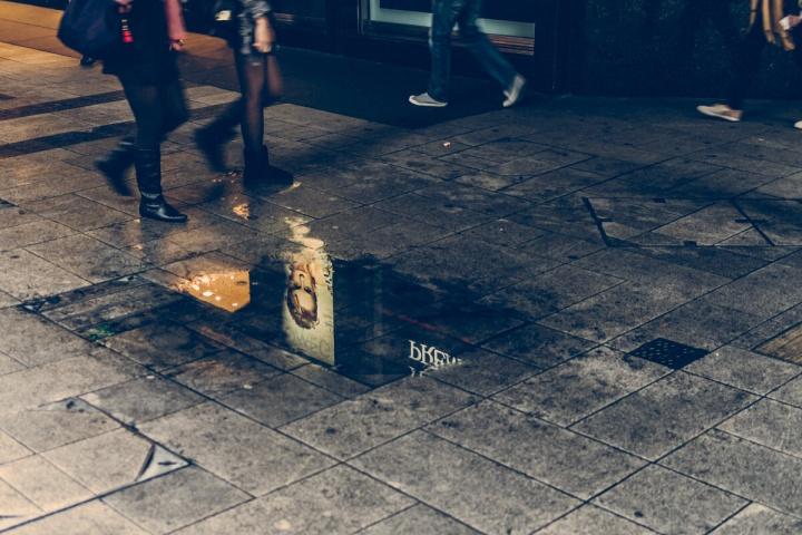 香港 水たまり 通行人
