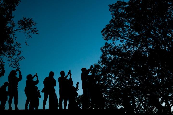 大阪城を撮る人々のシルエット