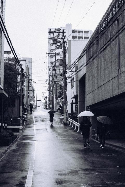 D40 モノクロスナップ写真 ストリート雨