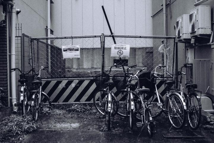 モノクロスナップ写真 自転車&フェンス