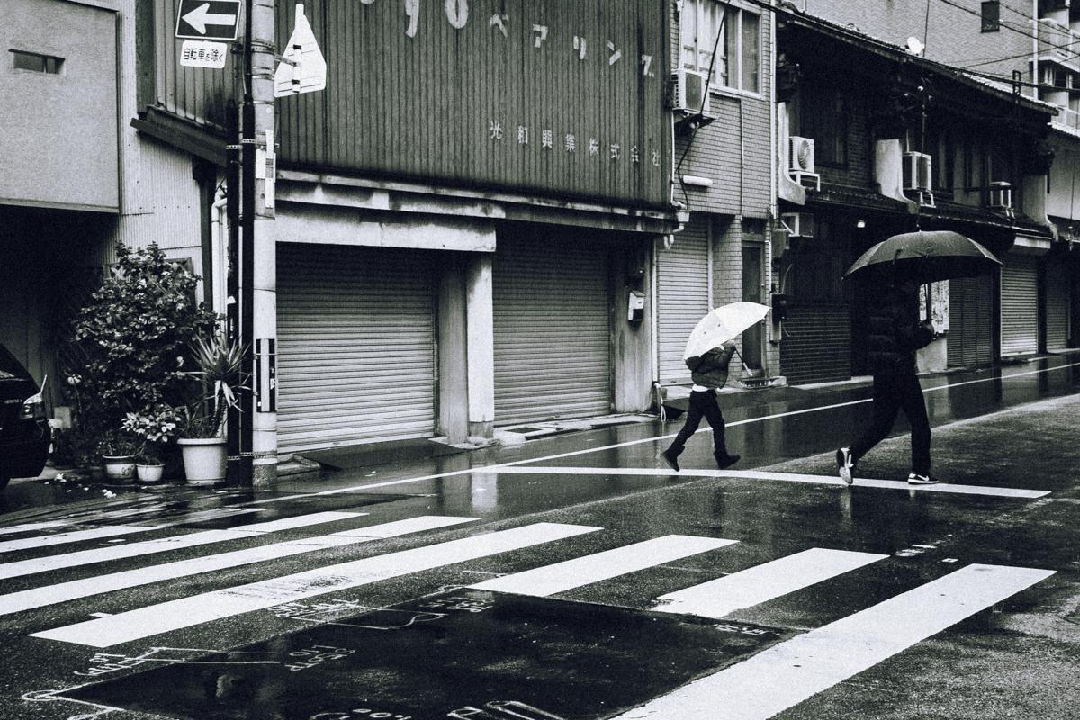 D40 モノクロスナップ写真 ストリート 親子
